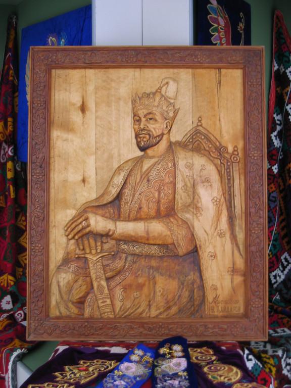Portait en bois de Timour reprenant l'huile sur toile du Musée Amir Temur de Tachkent. Pas de signature. Musée d'Arts Appliqués de Karshi (photo : C.Ollagnier, 2007)