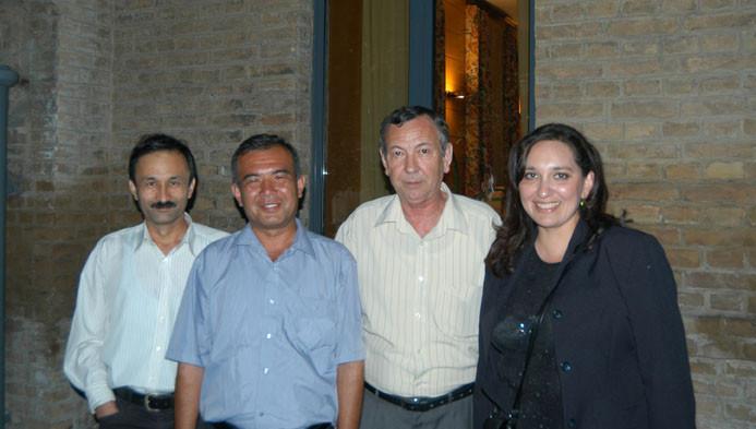 De G à D : B.Aminov, N.Xushvaqtov, A.Sagdullaev et T.Abdullaeva durant une soirée à l'Ambassade de France, Tachkent (photo : M.Schvoerer, 2007)