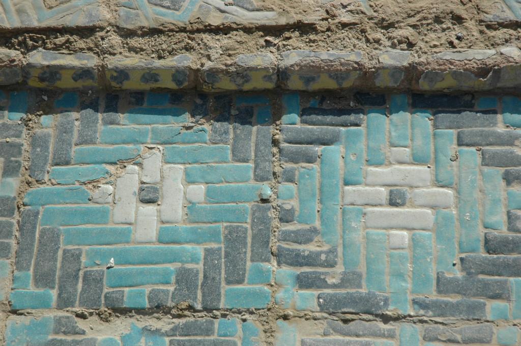 Autre type de carreaux bleu foncé, bleu clair et blanc, employés ici comme bordure (ph : M.Schvoerer, 2008)
