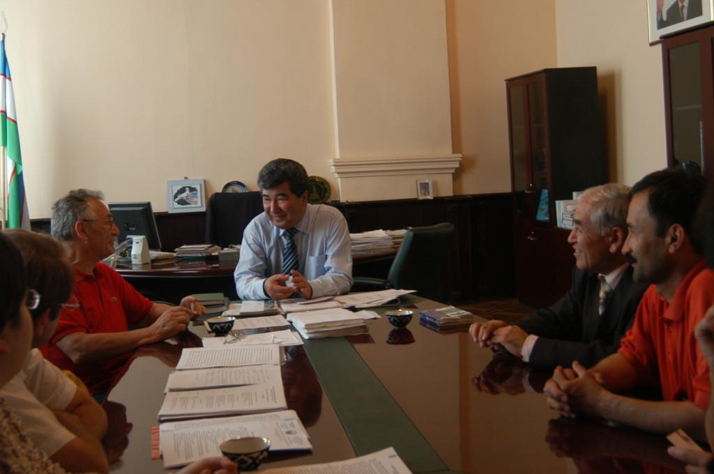 Entrevue entre Temur Shirinov, recteur de l'Académie de Samarcande (chemise blanche), les groupes Sciences et Patrimoine Culturel de France et d'Ouzbékistan ains que les experts (photo : M-T Nuyts Lavialle, 2007)