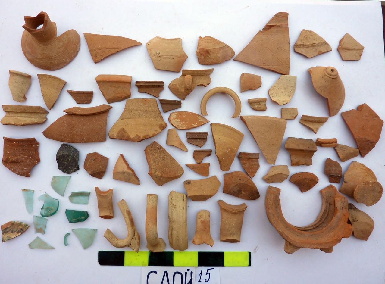 Fragments d'objets en terre cuite trouvés dans la strate n°15 de la 1ère tranchée (Socra, 2012)