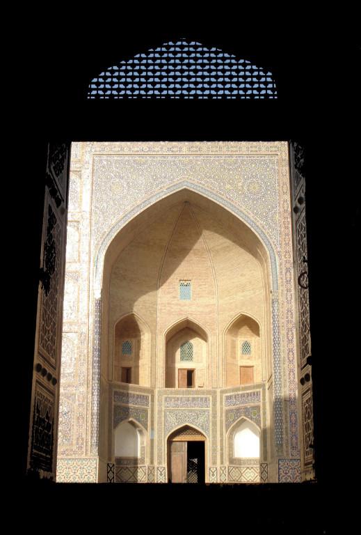 L'entrée de la médersa Mir-i arab fait face à la celle de la mosquée Kalon (photo : C.Ollagnier, 2007)