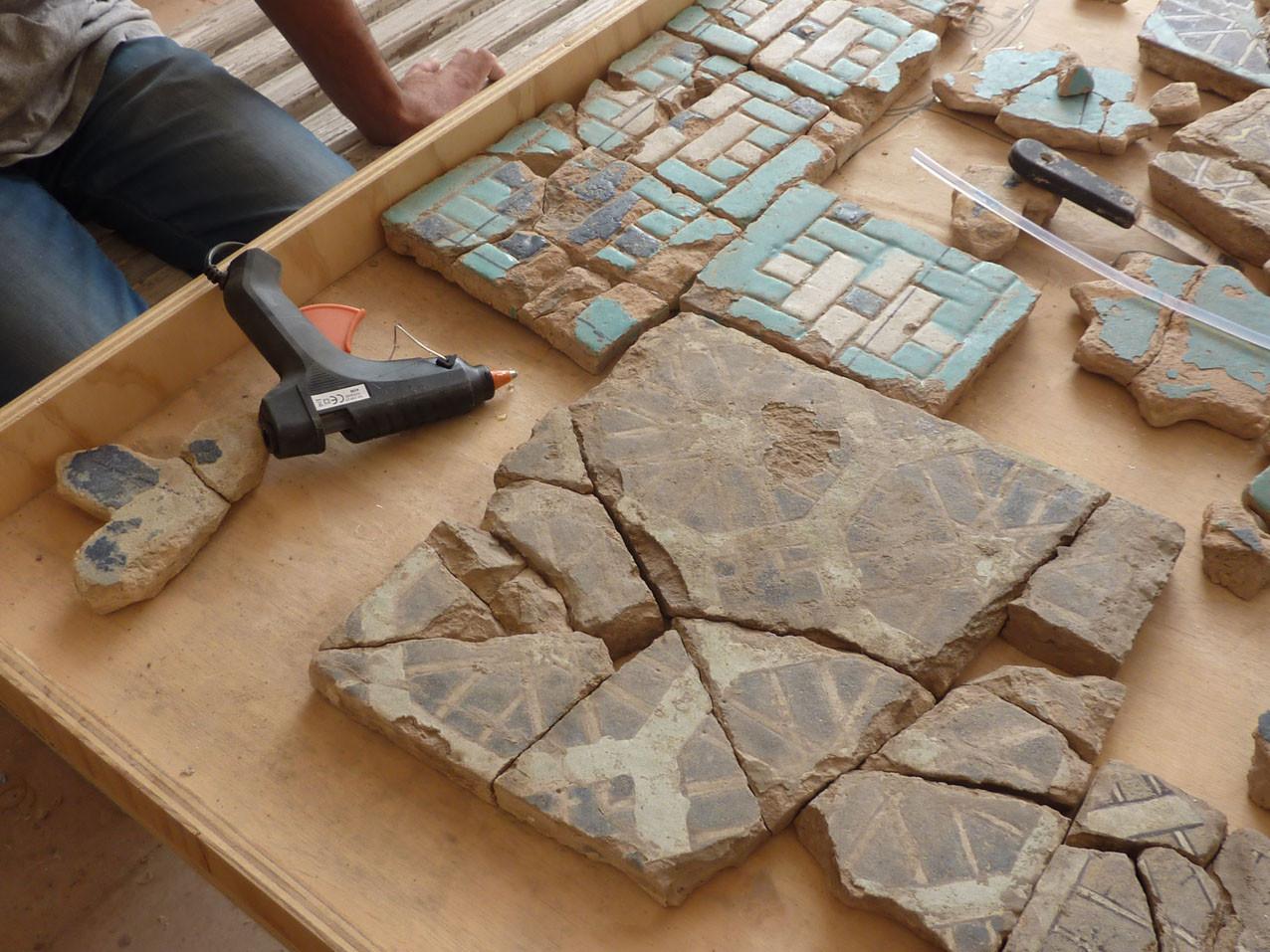 Grand carreau collé dont une partie des fragments manque (Socra, 2012)