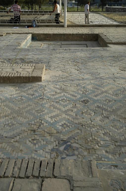 Pavements et bassins ouest décorés en banna'i formant des tapis de motifs (photo : M.Schvoerer, 2007)