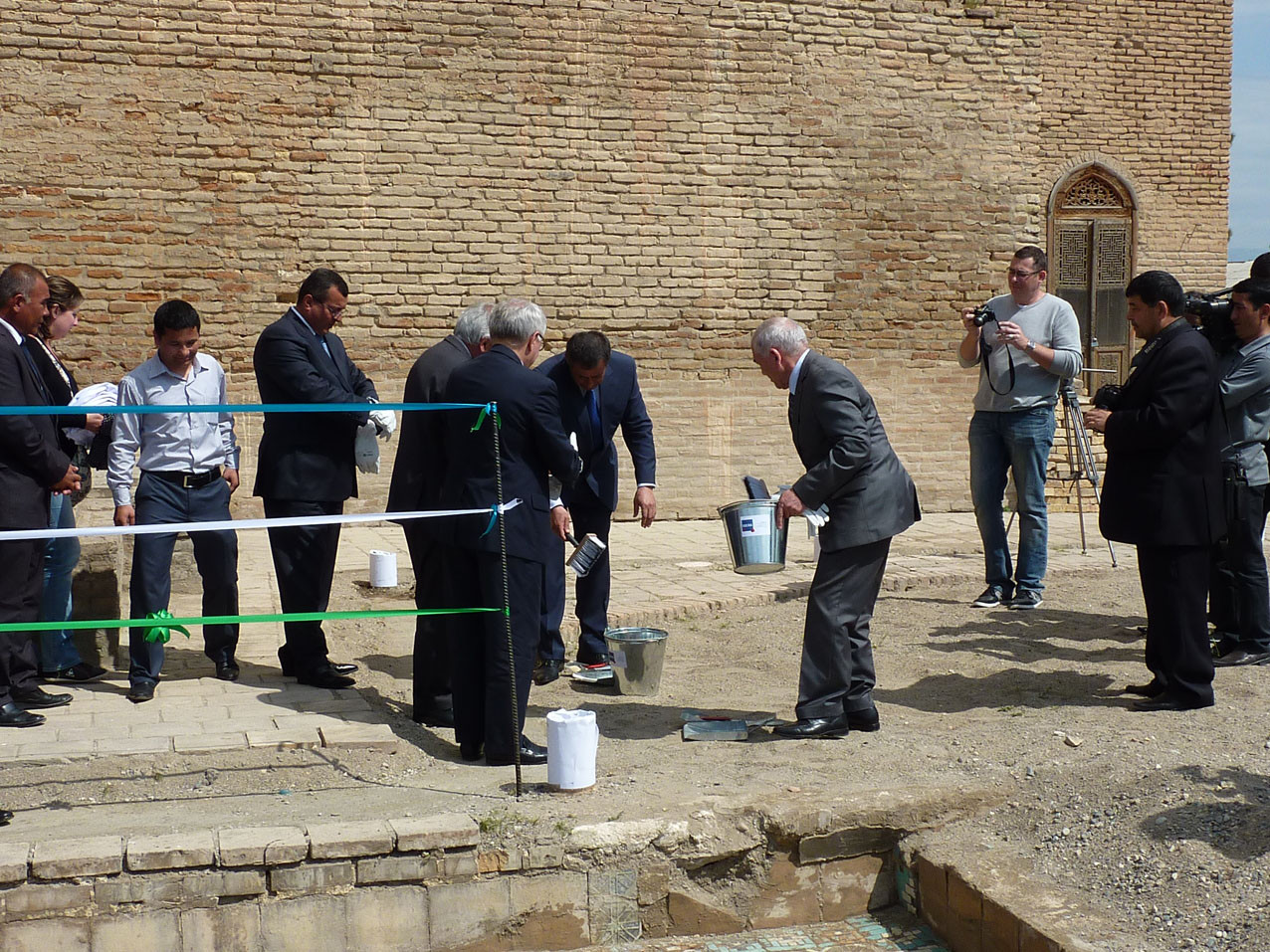 Inauguration avec la symbolique peletée de sable côté français et côté ouzbek (Socra, 2012)