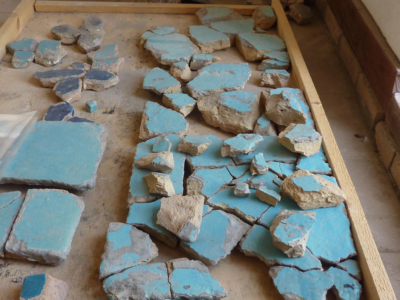 Grands carreaux de couleur turquoise en cours de remontage (Socra, 2012)