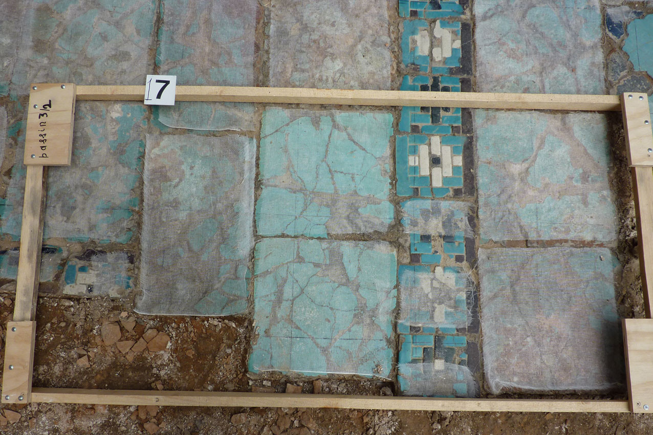 Exemple d'une zone prise en photo avant dépose. Le cadre permet d'évaluer le nombre de carreaux qui tiendront dans le bac (Socra, 2012)