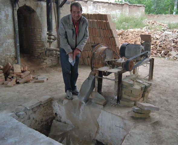 Pierre Bergoin en train d'examiner un broyeur à chaux à Shahrisabz (photo : M.Schvoerer, 2007)