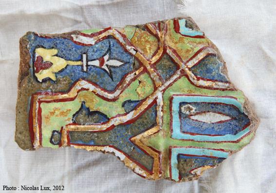 Fragment de carreau polychrome et feuille d'or trouvé dans les fondations du pavement. Raté ? Cassé en cours de cuisson ? (photo : Nicolas Lux, 2012)