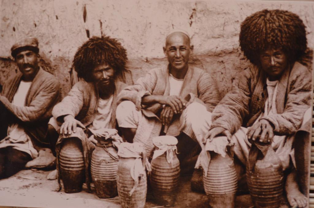 Photographie de vendeurs à Khiva (probablement fin du XIXème s ap J.C.) Musée de l'Ancien Khorezm (photo : M.Schvoerer, 2008)