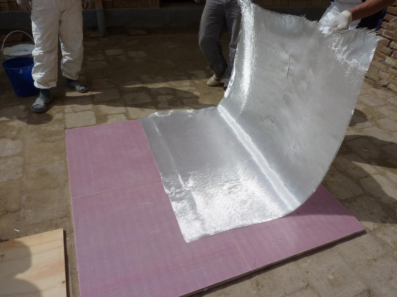Préparation du panneau en nid d'abeille, pose de la toile de verre (Socra, 2013)