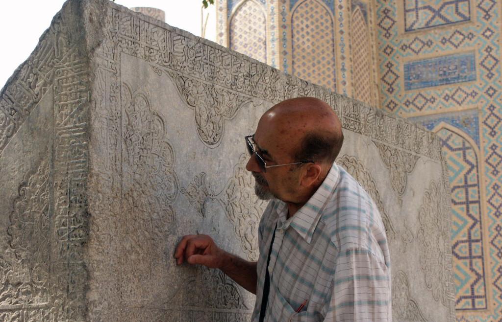 Firouz Bagherzadeh en train de lire les inscriptions du lutrin de pierre de la Mosquée Bibi Khanum à Samarcande (XIV-XVème s ap J.C.) (photo : M.Schvoerer, 2008)