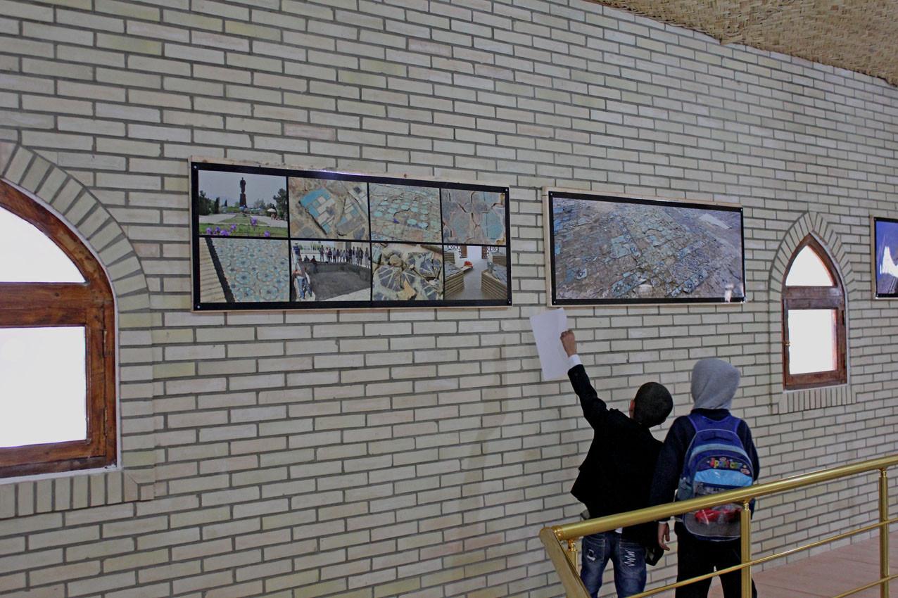 Jeunes visiteurs locaux commentant les photographies. Durant le chantier, de nombreux écoliers sont venus, curieux de leur patrimoine et du travail effectué. De futures vocations ? (Ollagnier, 2014)