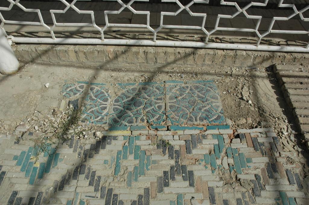 Contraste entre un tapis de bannai'i et une bordure de grands carreaux glaçurés (photo : M.Schvoerer, 2007)