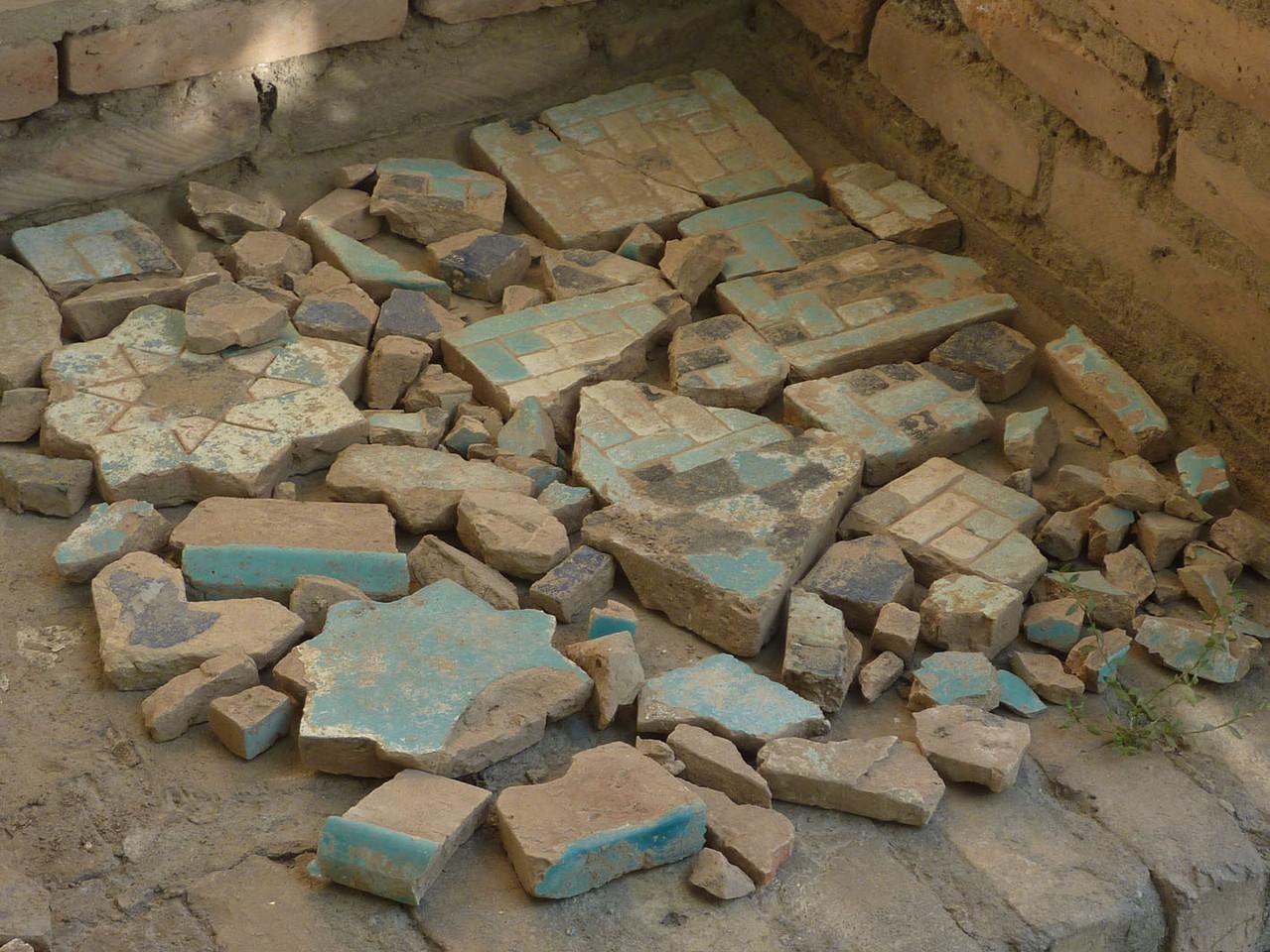Carreaux et fragments identiques à ceux du pavement, trouvés durant les fouilles. Déchets de cuisson ? (Socra, 2012)