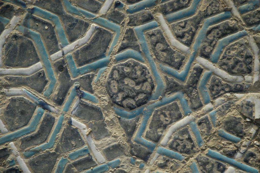 Détail d'un carreau présentant de nombreux retraits de glaçure  (ph : M.Schvoerer, 2008)