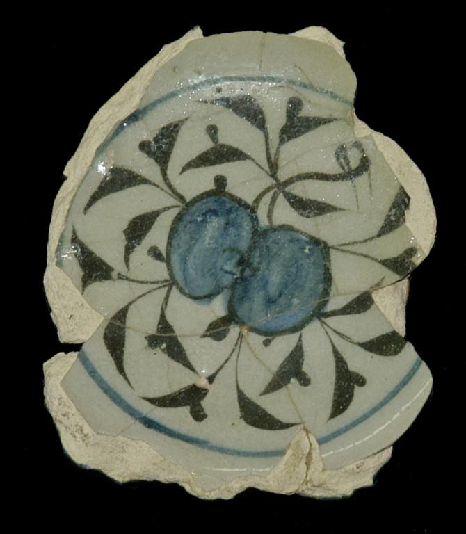 Fragment de céramique glaçurée à décor sous glaçure, provenant de Samarcande (XIV-XVème s ap J.C.), conservé au Musée d'Archéologie et des Beaux Arts de Samarcande (photo : C.Ollagnier, 2008)