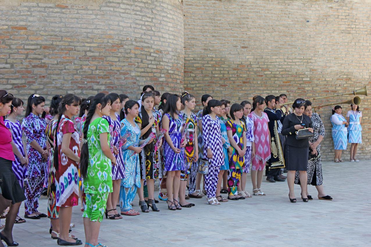 Acceuil de la délégation d'officiels par de jeunes filles de la ville (Ollagnier, 2014)