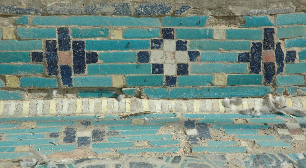 Détail d'un ensemble de carreaux glaçurés des bassins de l'Ak Saray. Une bordure comportant des motifs différents forme les angles, les mettant en valeur (photo : C.Ollagnier, 2008)