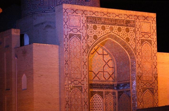 Bâtiment principal du Gour Emir vu de nuit (photo : M.Schvoerer, 2007)