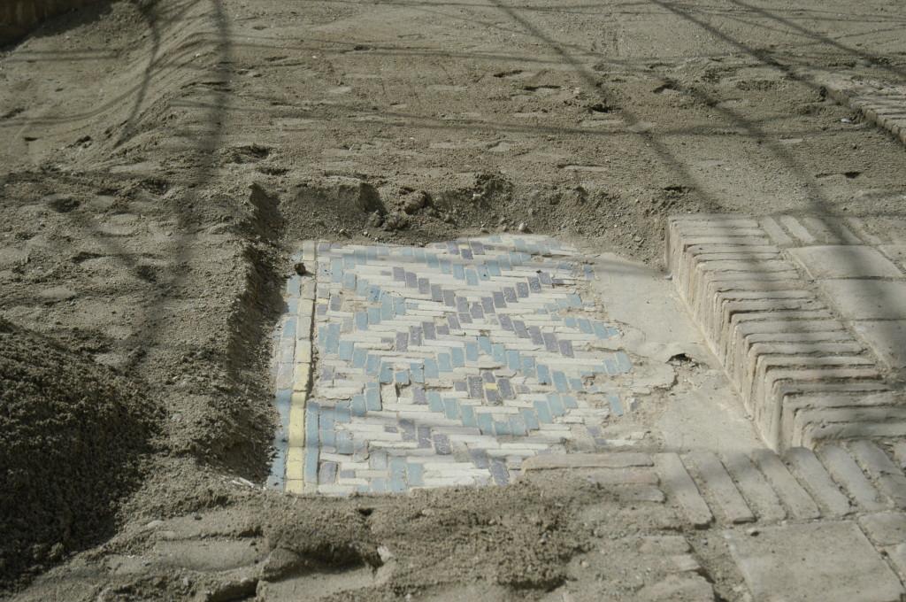 Détail d'une partie du pavement (un mètre carré environ) non couvert pour permettre au visiteur d'avoir un aperçu de l'ensemble (photo : C.Ollagnier, 2008)