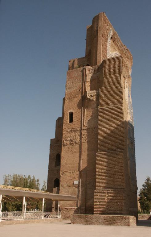Pylône Ouest vu depuis la face Sud du portail de l'Ak Saray (Shahrisabz, Fin XIII-début XIVème s ap J.C.) (photo : M.Schvoerer, 2008)
