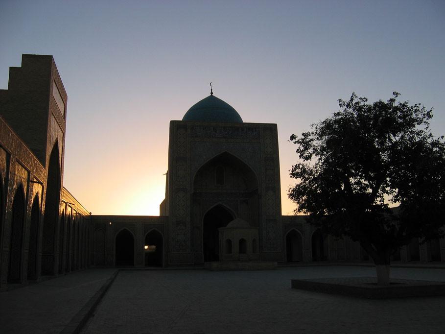 Cour de la mosquée Kalon au soleil couchant (photo : C.Ollagnier, 2007)