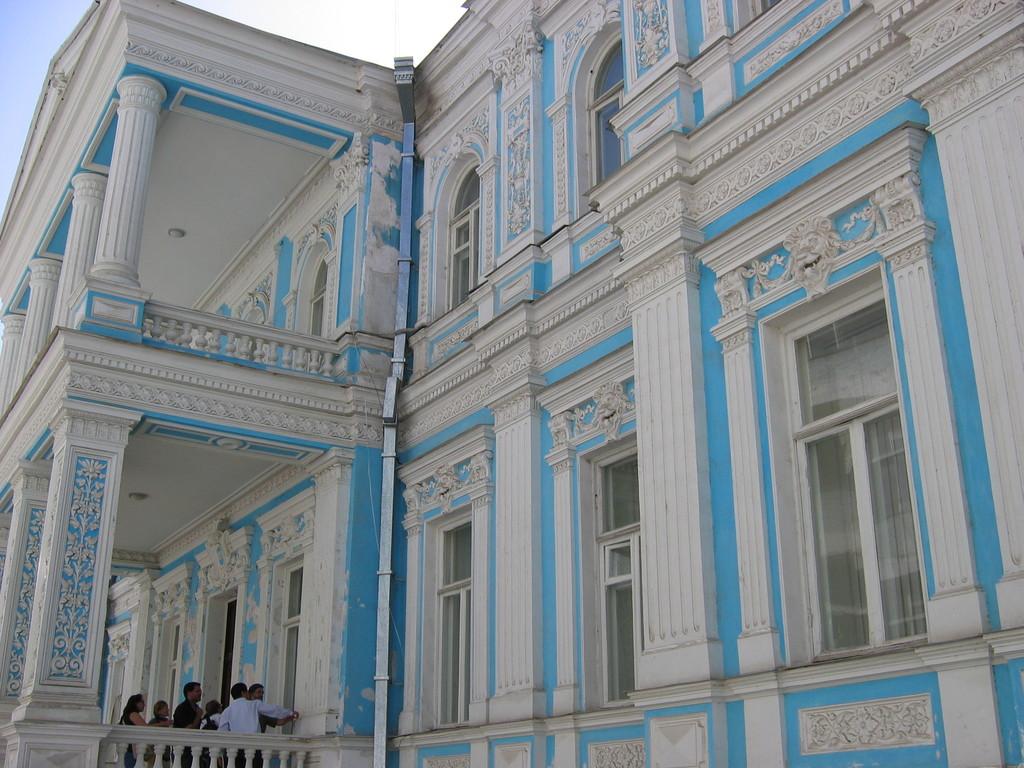 Façade du rectorat de Samarcande, ancienne demeure du gouverneur Russe de la région (photo : C.Ollagnier, 2007)