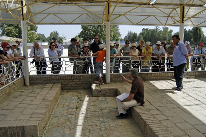 Patrick Palem expliquant son travail sur les pavements de l'Ak Saray (Shahrisabz) à un groupe de touristes français (photo : M.Schvoerer, 2008)