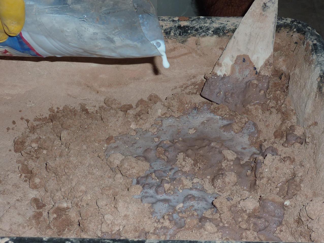 Ajout de la colle aux poudres sèches (Socra, 2012)