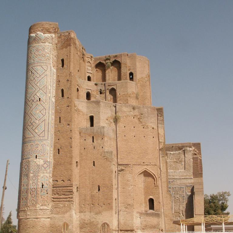 Pylône Ouest vu depuis la face Ouest du portail de l'Ak Saray (Shahrisabz, Fin XIII-début XIVème s ap J.C.) (photo : C.Ollagnier, 2008)