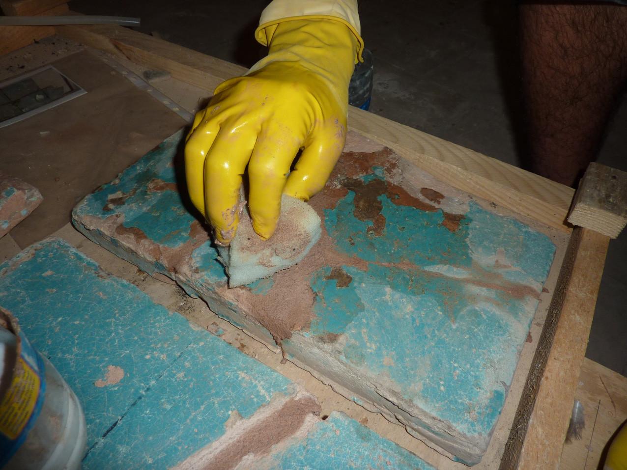 Lissage du ragréage après application sur un grand carreau turquoise (Socra, 2012)
