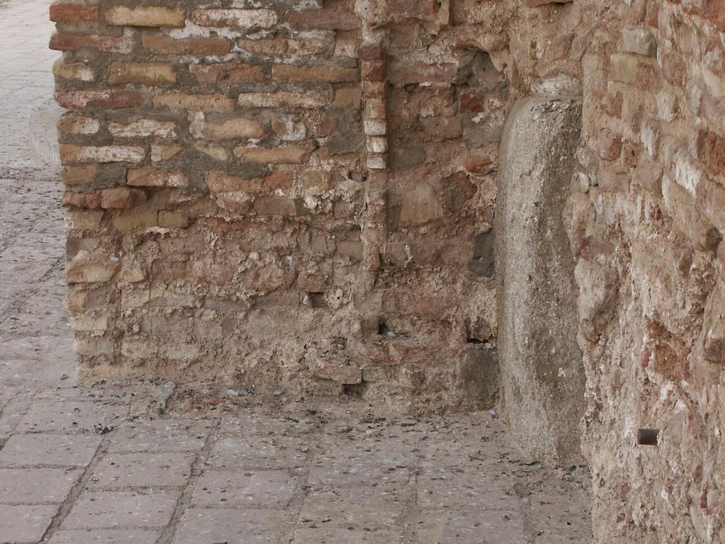 Détail d'un pierre massive dans la base de la maçonnerie de brique, face Ouest du pylône Ouest du portail de l'Ak Saray (Shahrisabz, Fin XIII-début XIVème s ap J.C.) (photo : A.Billard, 2008)
