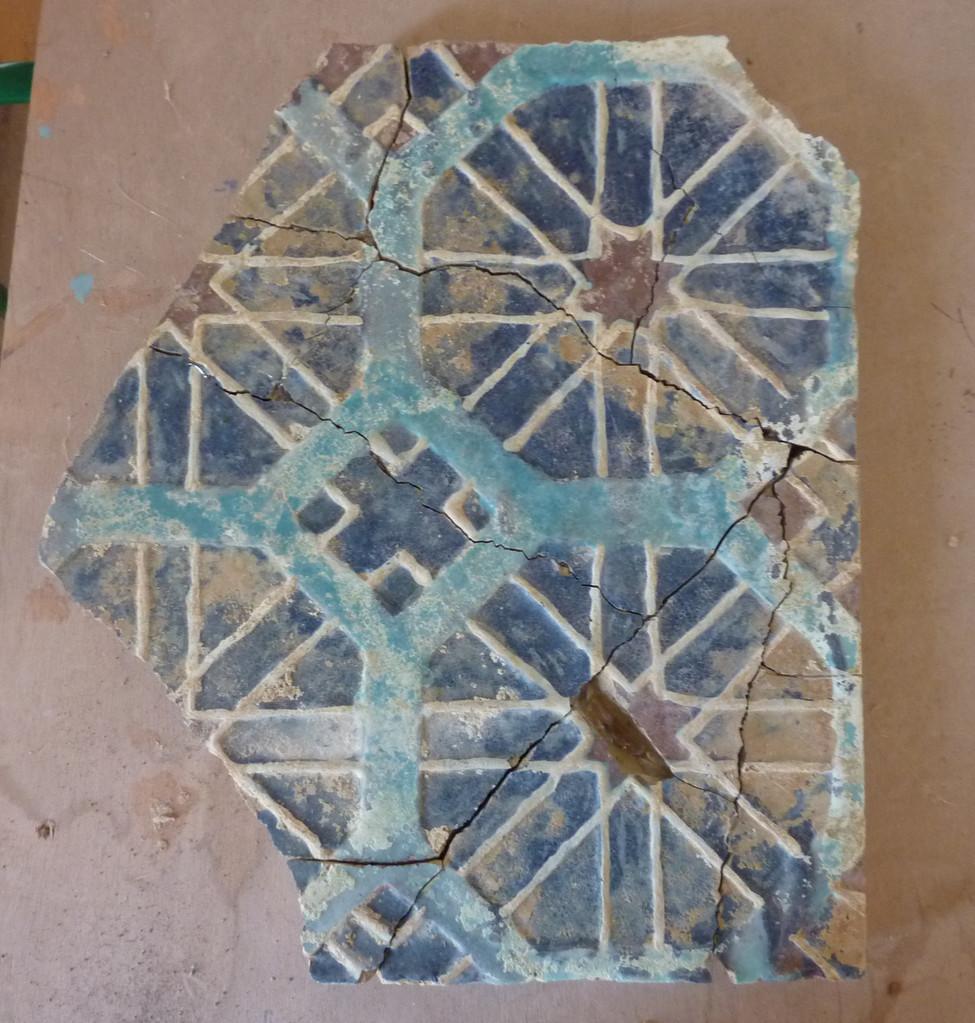 Exemple d'un grand carreau dont les fragments proviennent des fouilles, après réassemblage (Socra, 2013)