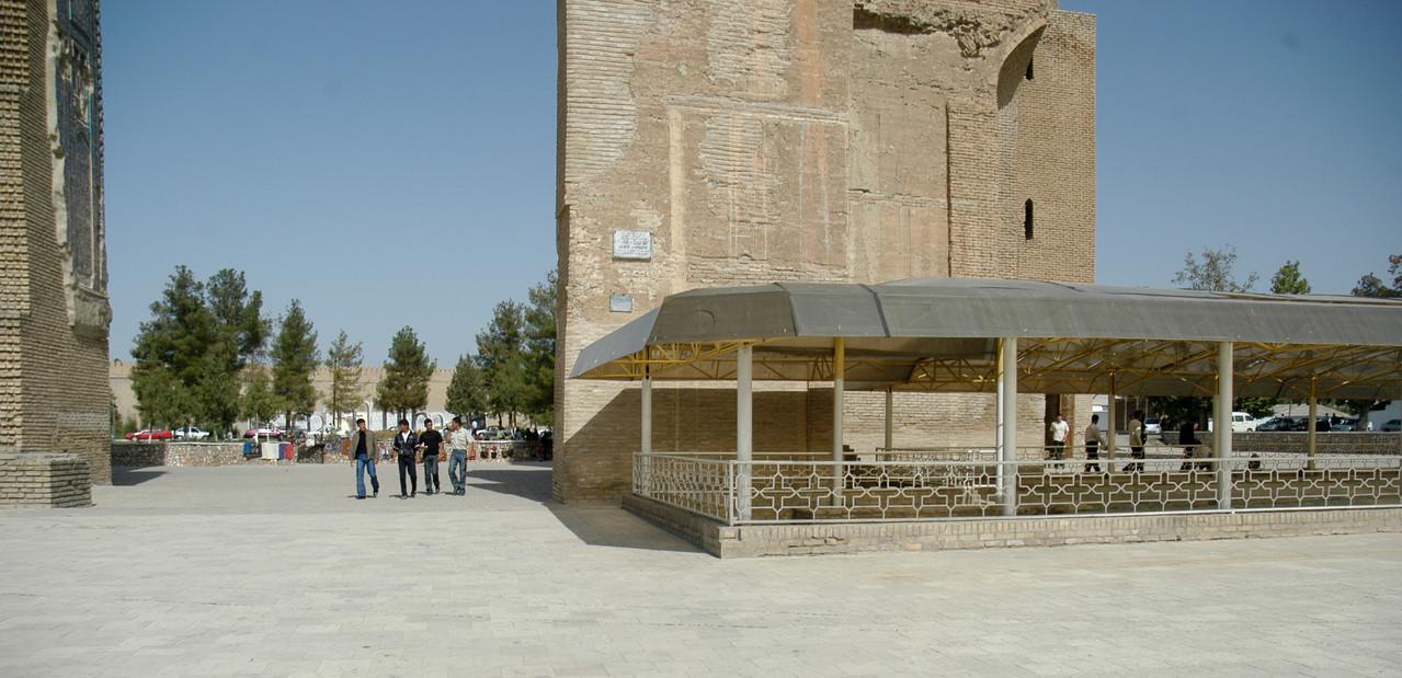Vue du pavement n3 en 2008. Le toit en plastique a été retiré quelques jours plus tard et les carreaux couverts de sable pour les protéger (C.Ollagnier, 2008)