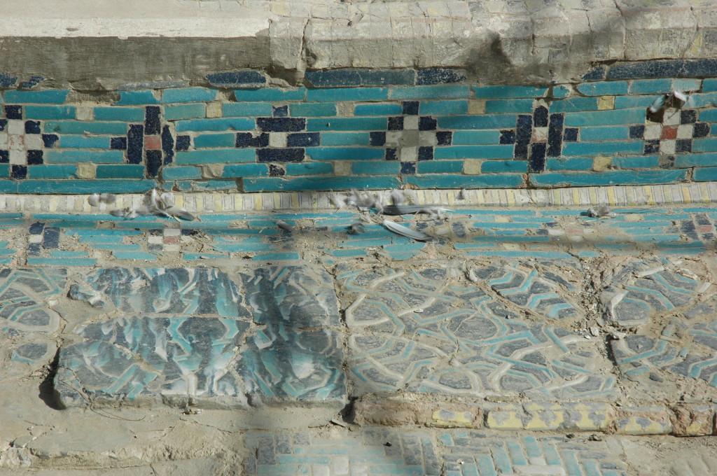 Carreaux bleu foncé, bleu clair et blanc de 40 x 40 x 3 cm dans leur contexte de bordures d'un bassin (ph : M.Schvoerer, 2008)
