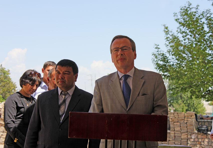 Discours inaugural par SE l'Ambassadeur de France (au pupitre), à ses côtés M. le Maire de Shahrisabz (Ollagnier, 2014)