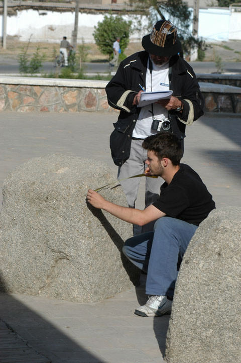 Nils Schvoerer-Ney et Alain Billard en train d'effectuer des relevés au pied de l'Ak Saray (photo : M.Schvoerer, 2008)