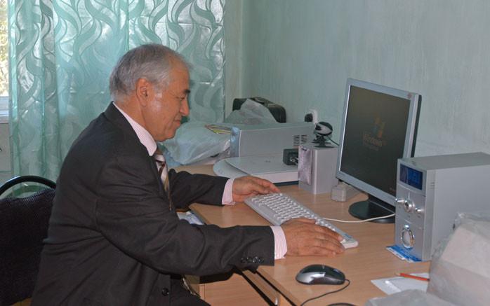 Pr Abdilhamid Anarbaev à l'Institut d'Archéologie de Samarcande (photo : M.Schvoerer, 2008)