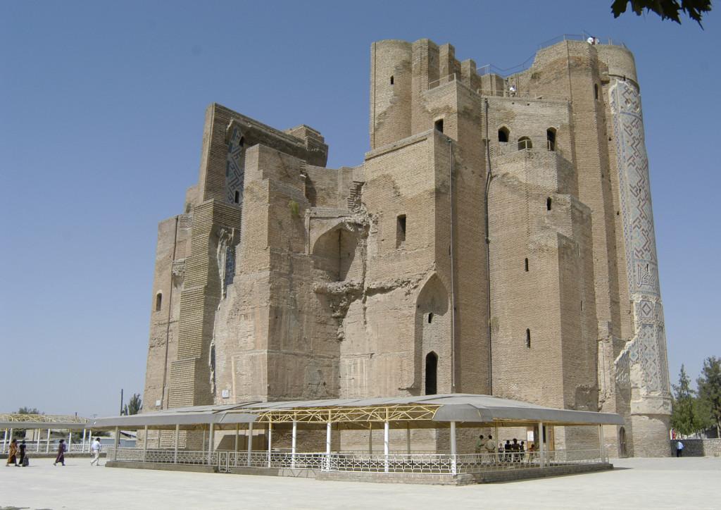 Pylône Est vu depuis l'angle Sud Est du portail de l'Ak Saray avec au pied l'un des pavements de carreaux glaçurés (Shahrisabz, Fin XIII-début XIVème s ap J.C.) (photo : M.Schvoerer, 2008)