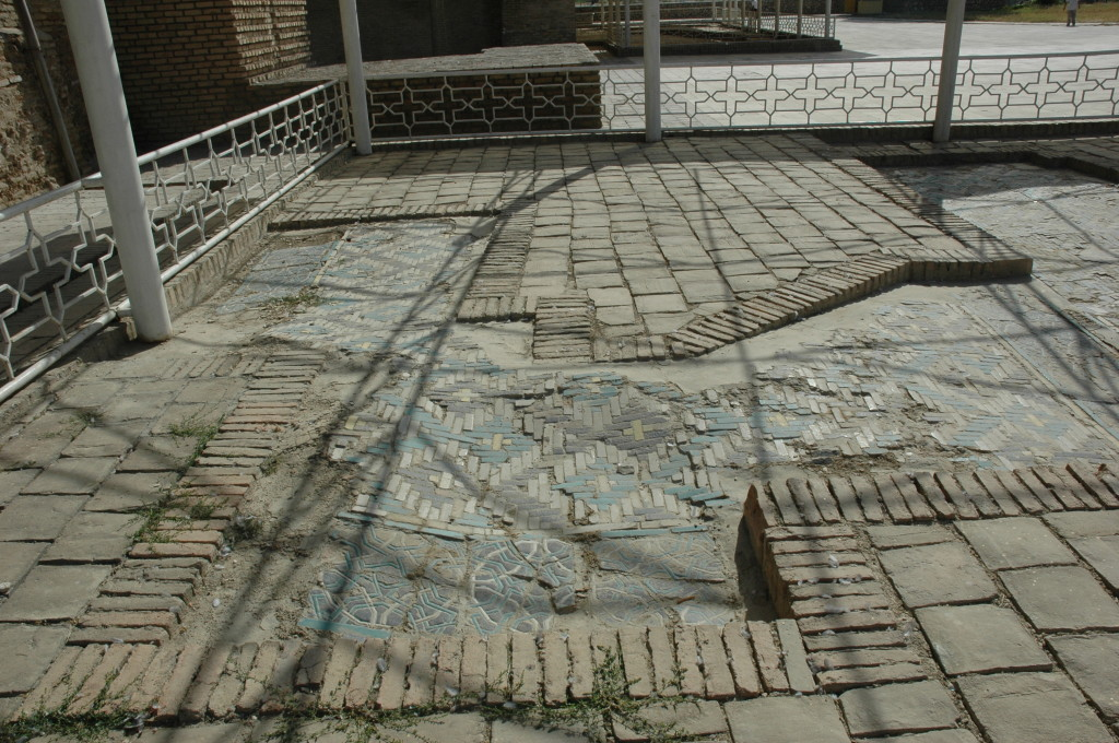 Tapis de banna'i déformé par les mouvements du sol (photo : M.Schvoerer, 2007)