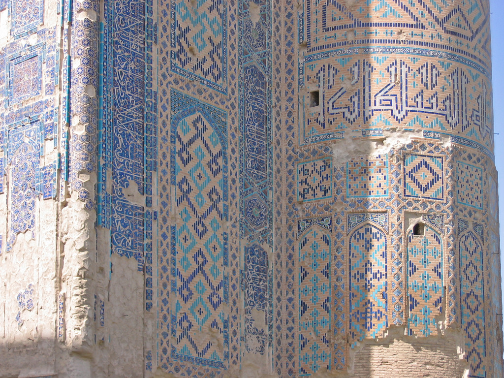 Détail du décor de céramiques glaçurées du pylône Ouest de la face nord du portail de l'Ak Saray  (Shahrisabz, Fin XIII-début XIVème s ap J.C.) (photo : M.Schvoerer, 2008)