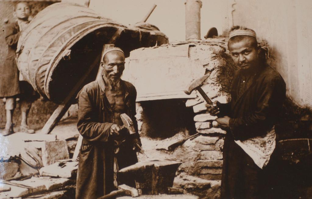 Photographie d'un atelier de forgerons (probablement fin du XIXème s ap J.C.) Musée de l'Ancien Khorezm (photo : M.Schvoerer, 2008)