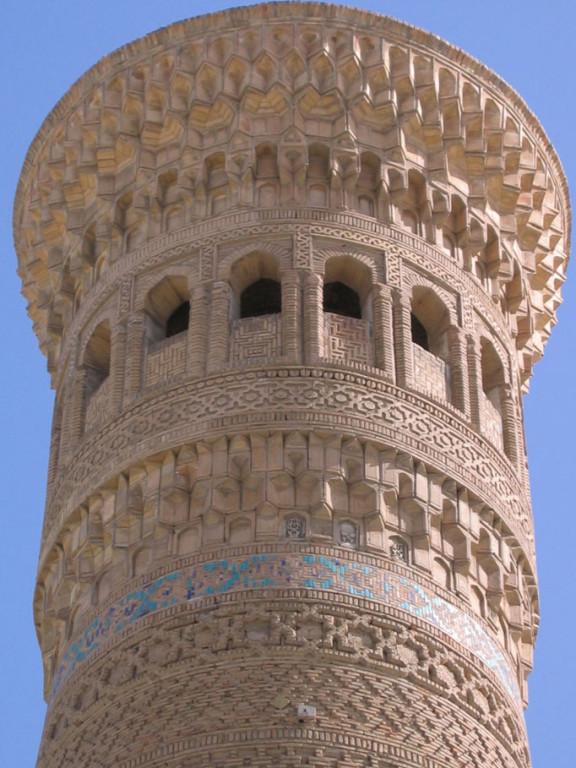 Partie supérieure du minaret Kalyan. Sous la lanterne le bandeau orné de céramique glaçurée est nettement visible (photo : M.Schvoerer, 2007)