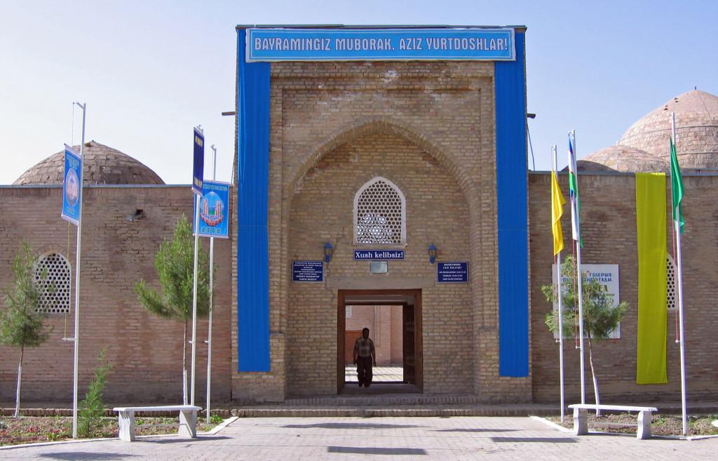 Entrée du musée Amir Temur de Shahrisabz, installé dans la madrasa Chubin (XIV-XVIème s ap J.C.) (photo : M.schvoerer, 2003)