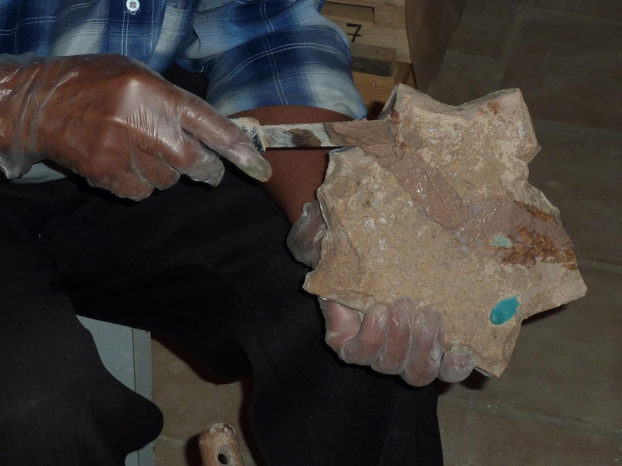 Application du ragréage sur un carreau en forme d'étoile (Socra, 2012)