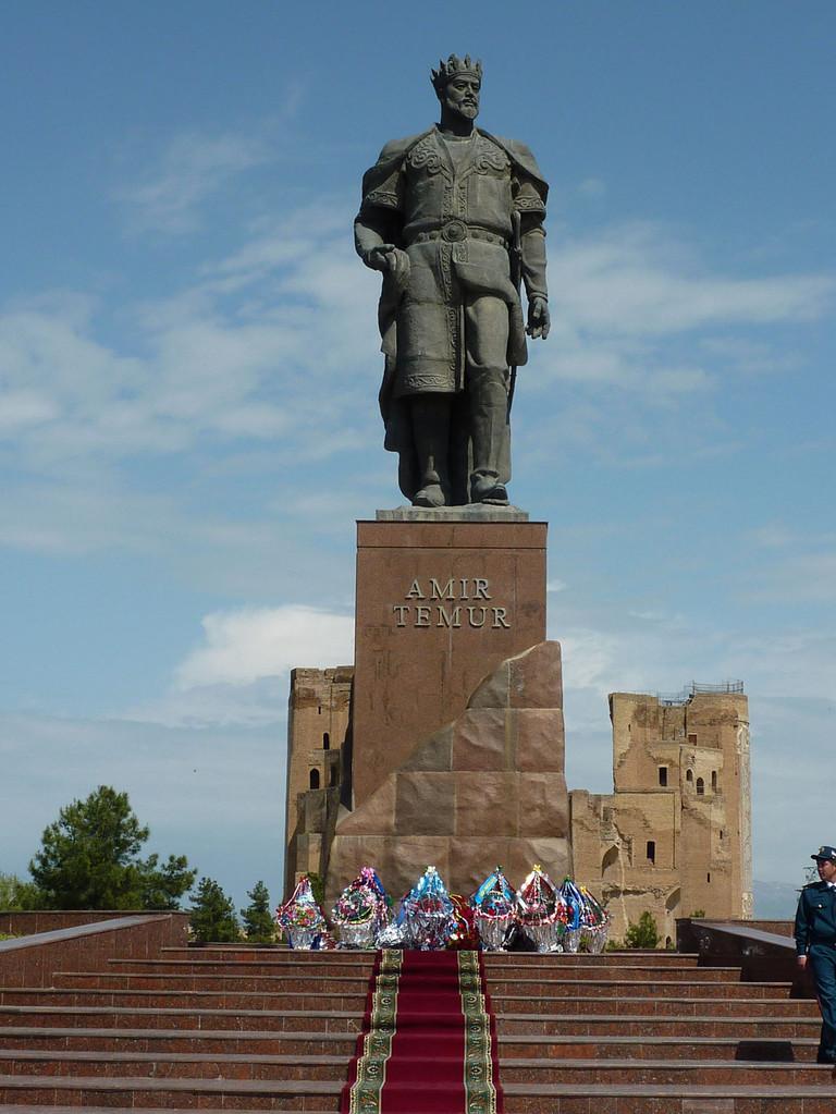 La statue de Timour après la cérémonie (Socra, 2012)