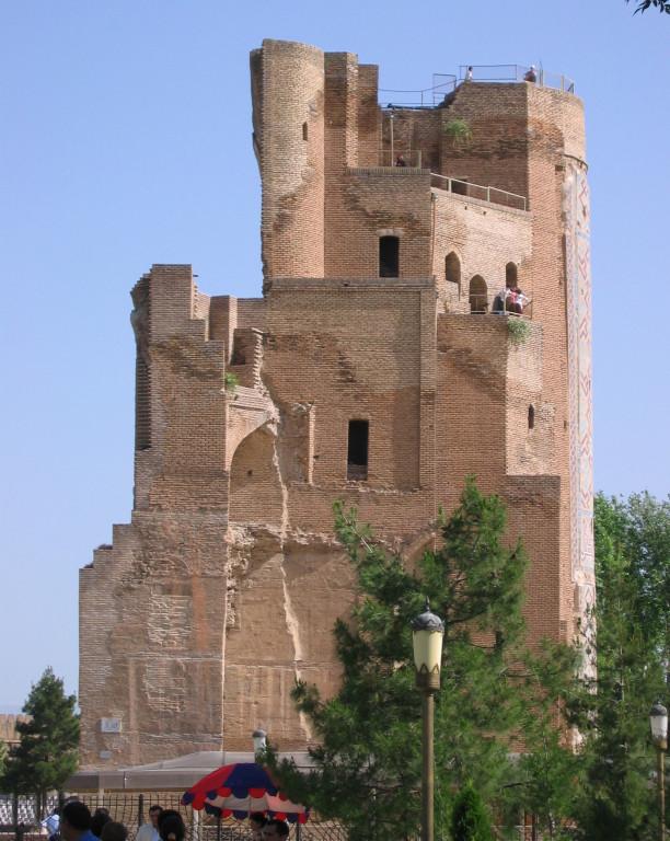 Pylône Est vu depuis la face Sud du portail de l'Ak Saray (Shahrisabz, Fin XIII-début XIVème s ap J.C.) (photo : C.Ollagnier, 2008)