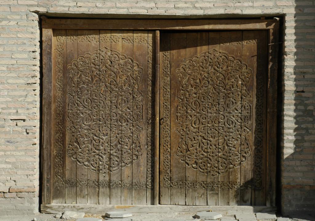 Porte en bois ouvragée à deux battants (photo : C.Ollagnier, 2008)