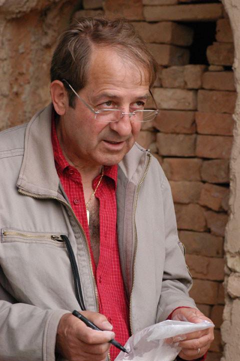 Pierre Bergoin, responsable technique de la CESA expliquant les qualité de la chaux à un céramiste ouzbek (photo : M.Schvoerer, 2007)